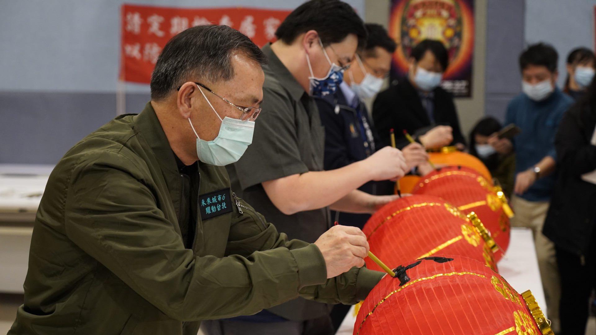 臺北市政府副市長蔡炳坤、觀光傳播局劉奕霆局長手繪燈籠,為2021台北燈節暖身祈福。