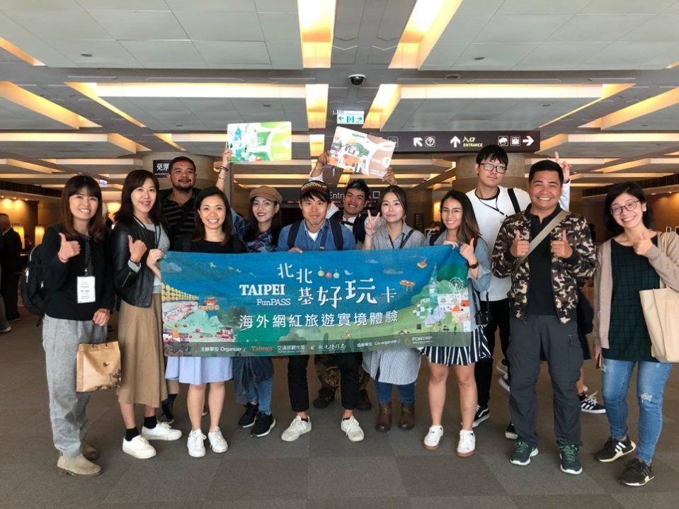 海外網紅旅遊實境體驗興致勃勃的參觀國立故宮博物院
