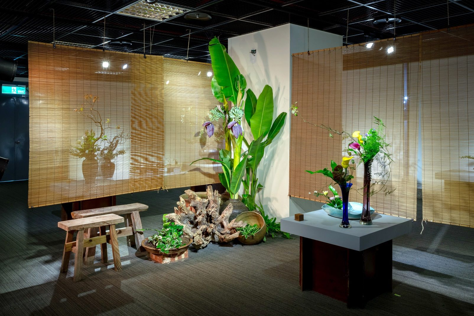 民間插花主題造景_以水缸蓋、芭蕉、浮萍等裝飾
