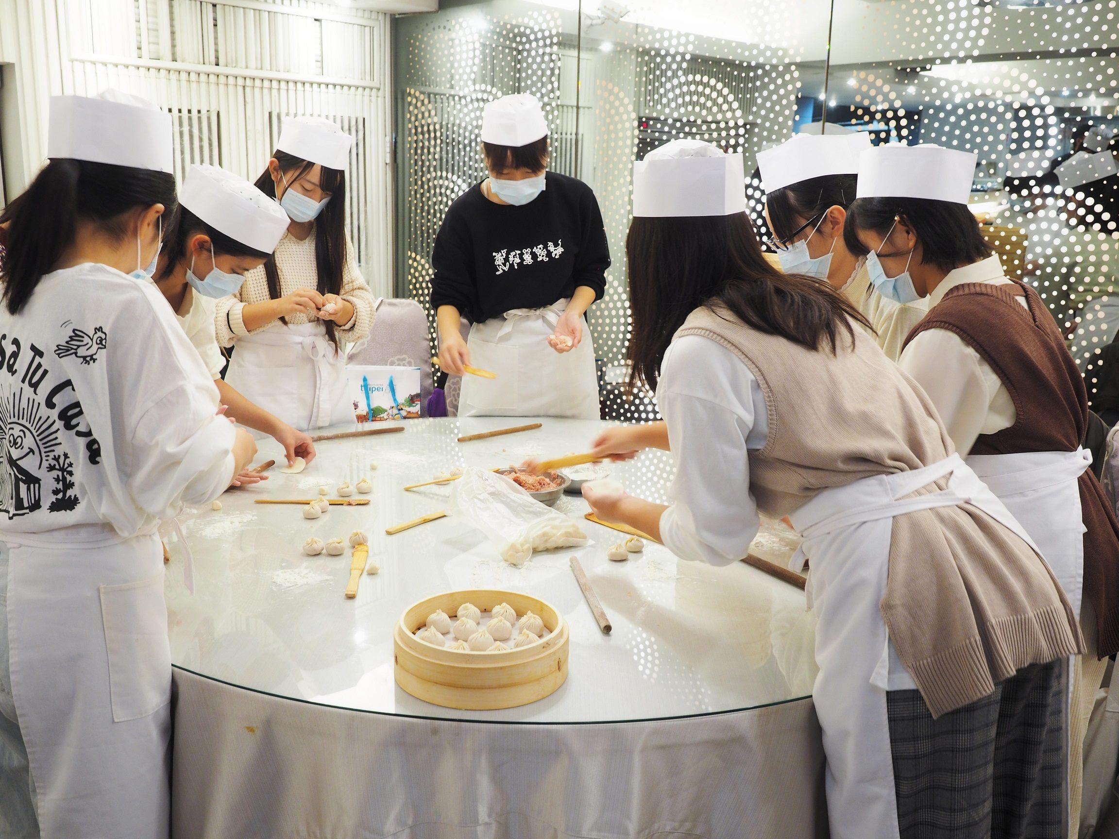 日本濱松市立高等學校修學旅行的師生至臺北體驗小籠包製作