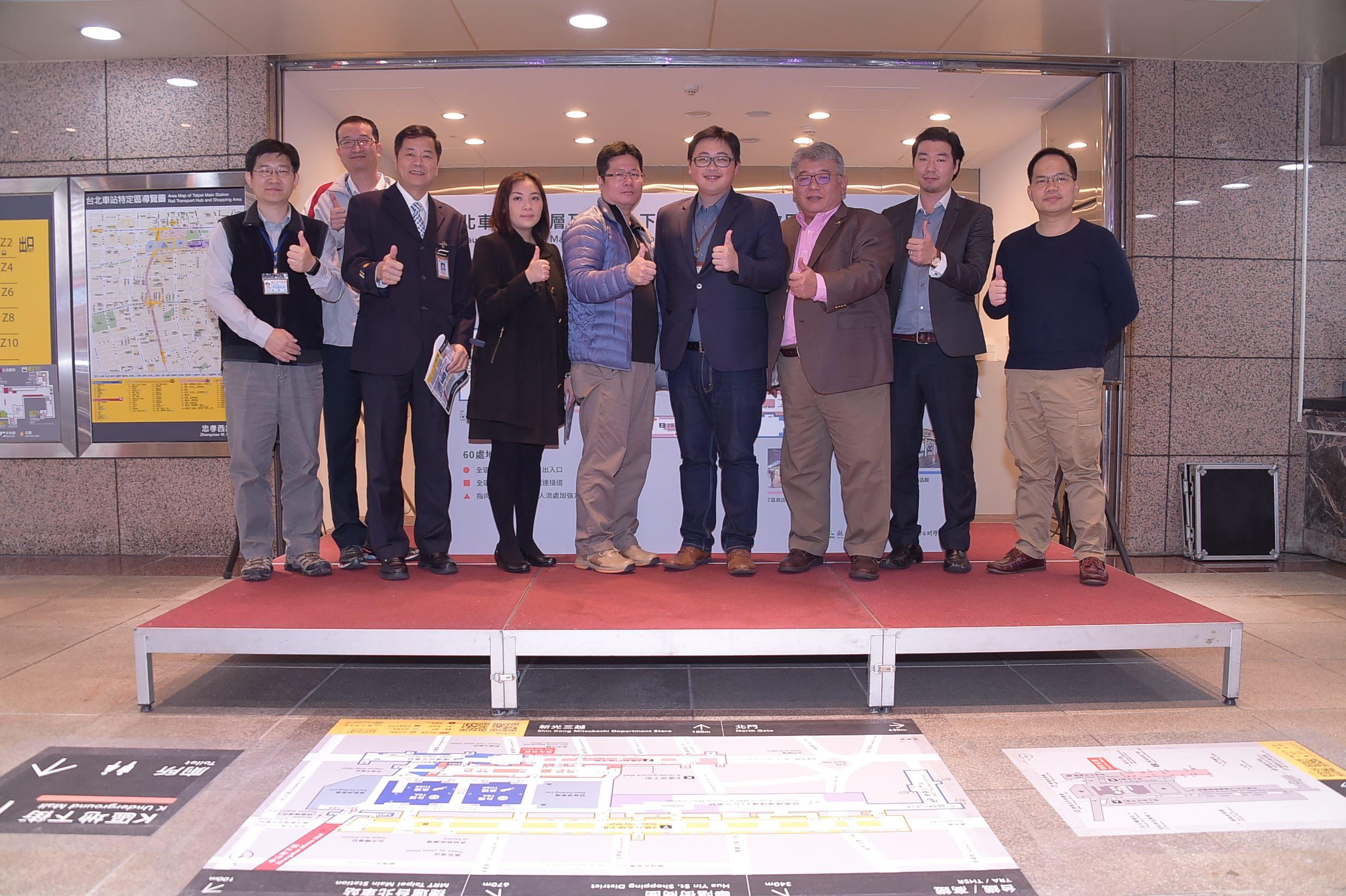 臺北市觀光傳播局局長劉奕霆(右四)與各合作單位一起向市民推薦地貼式地圖。