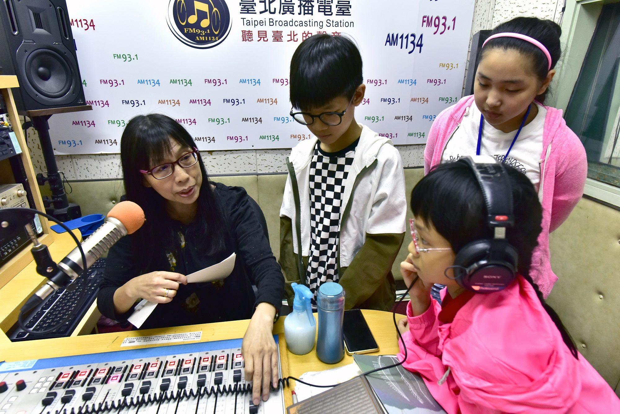 臺北電臺廣播營小朋友進錄音室錄音情形