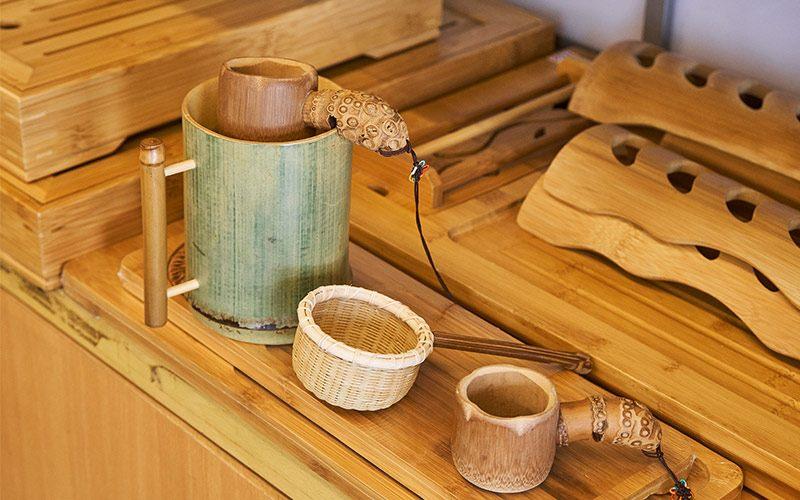 保青竹杯、利用竹節打孔做成濾茶器、竹茶盤,竹製品的應用很廣。