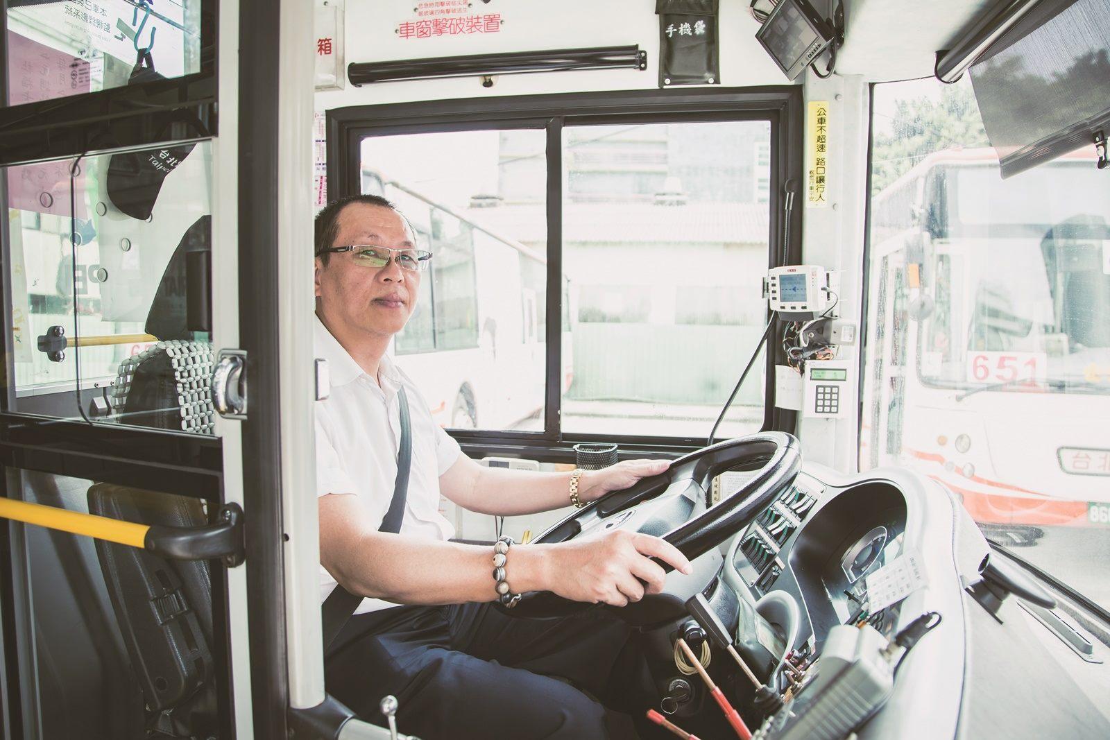 友善狗狗公車604路線的司機吳武勳,很樂意為飼主與狗狗服務,也享受與毛孩一同出遊的時光。