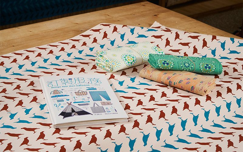 印花作夥提供訂製服務,可以挑選自己喜歡的布料做成文具、包袋、家飾用品等。