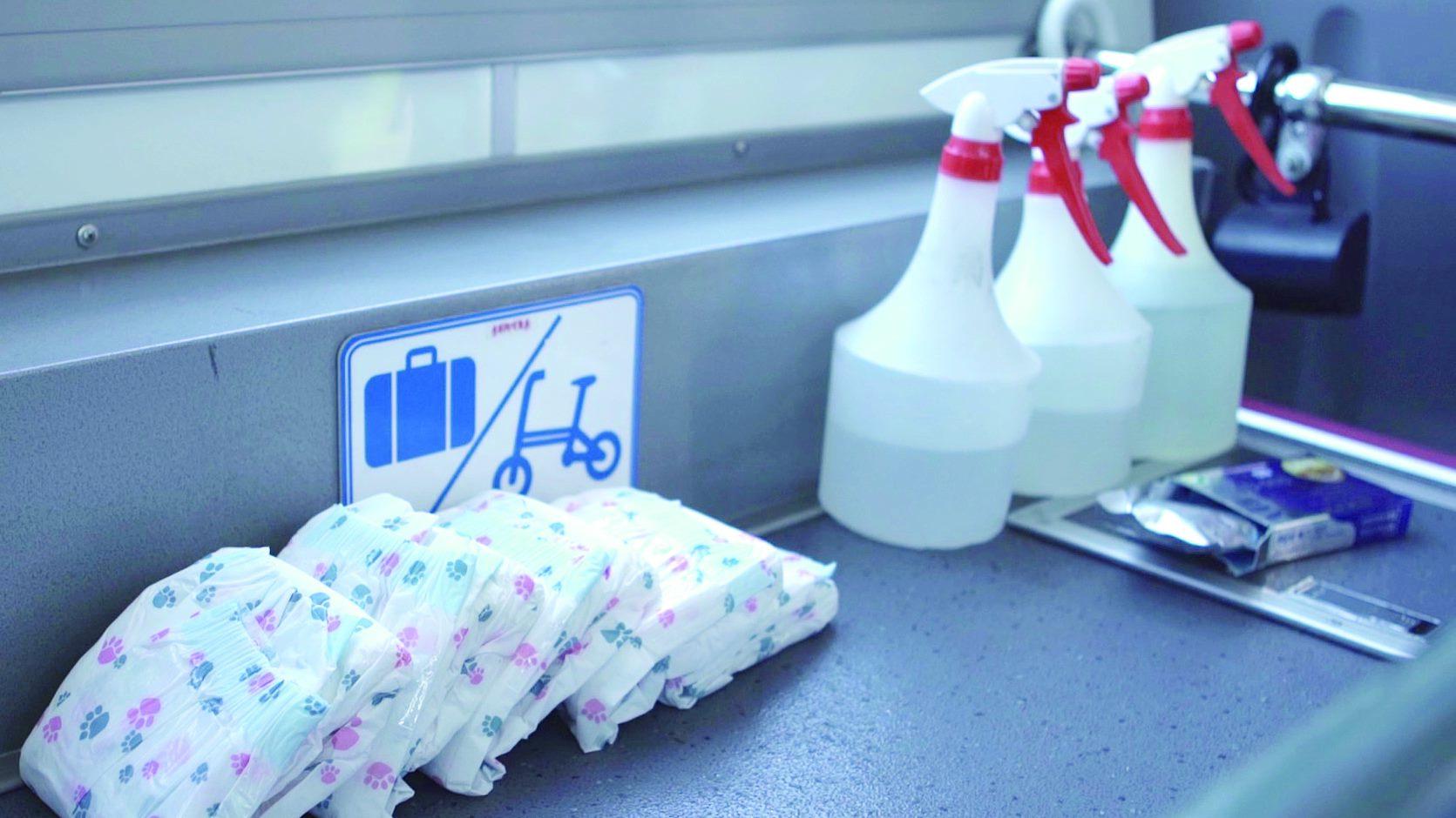 友善狗狗公車上會備有狗狗尿布與消毒水等,以提供飼主清潔與照護狗狗。
