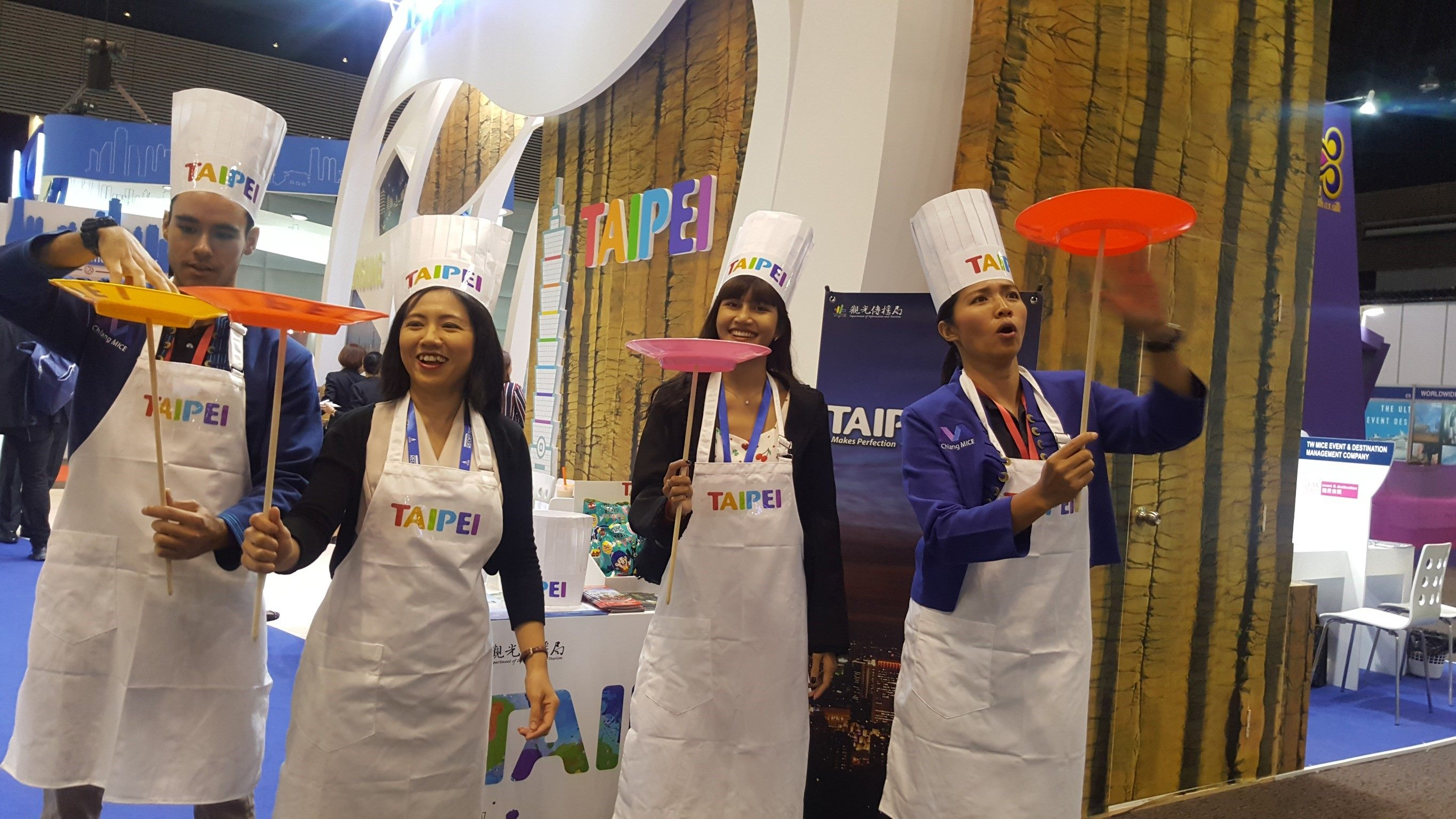 International buyers taking part in a fun Wheel of Fortune disk-spin show learned more about Taipei's Michelin cuisine, and competed to win pineapple cakes, a favorite Taipei souvenir, and limited-edition Bravo Kuai Kuai Birthday Gift Snack Bags.