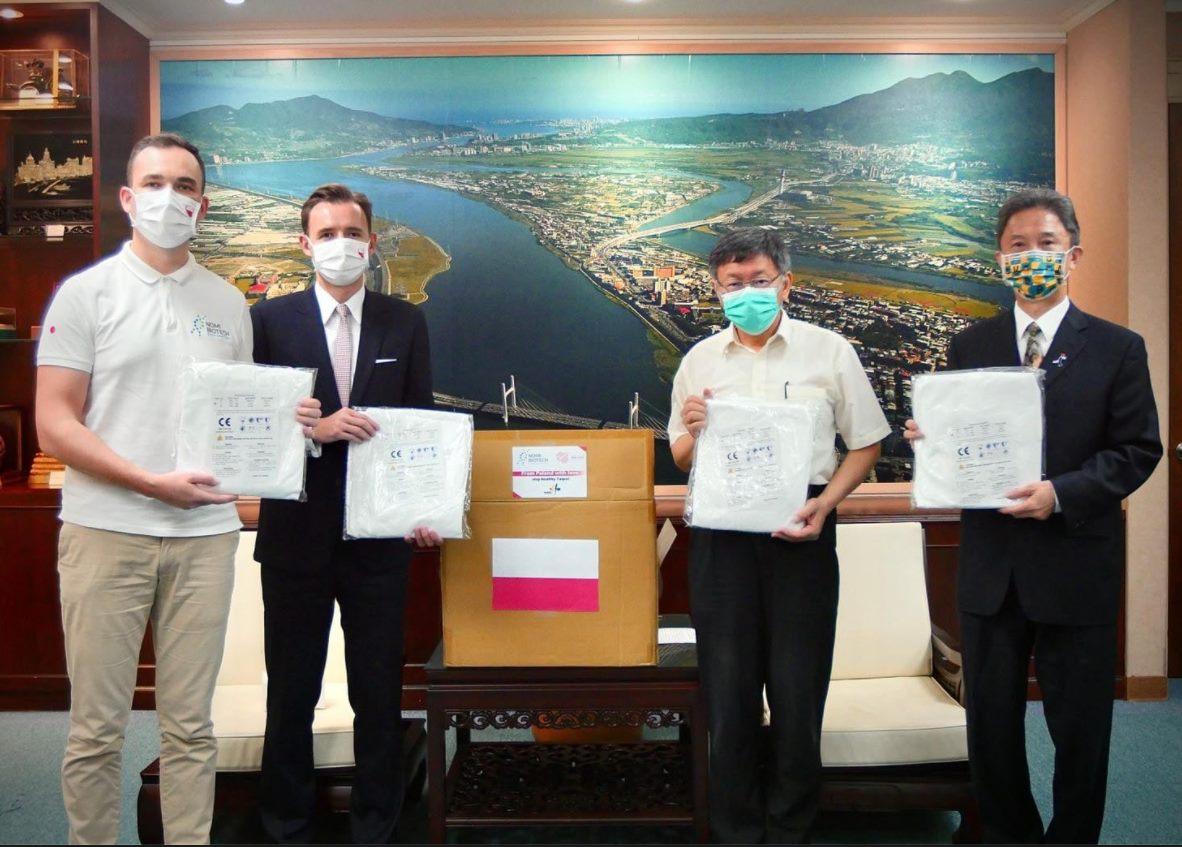 波蘭臺北辦事處致贈本市醫護人員1500件醫療防護衣
