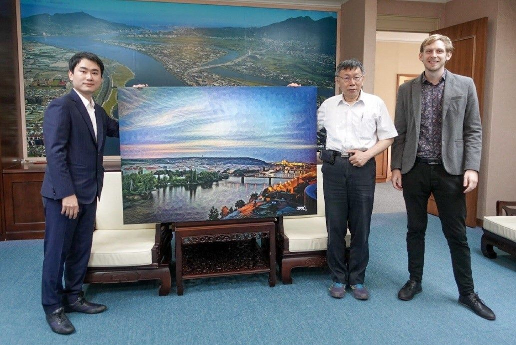Czech Artist Gives Artwork to Taipei City Government.