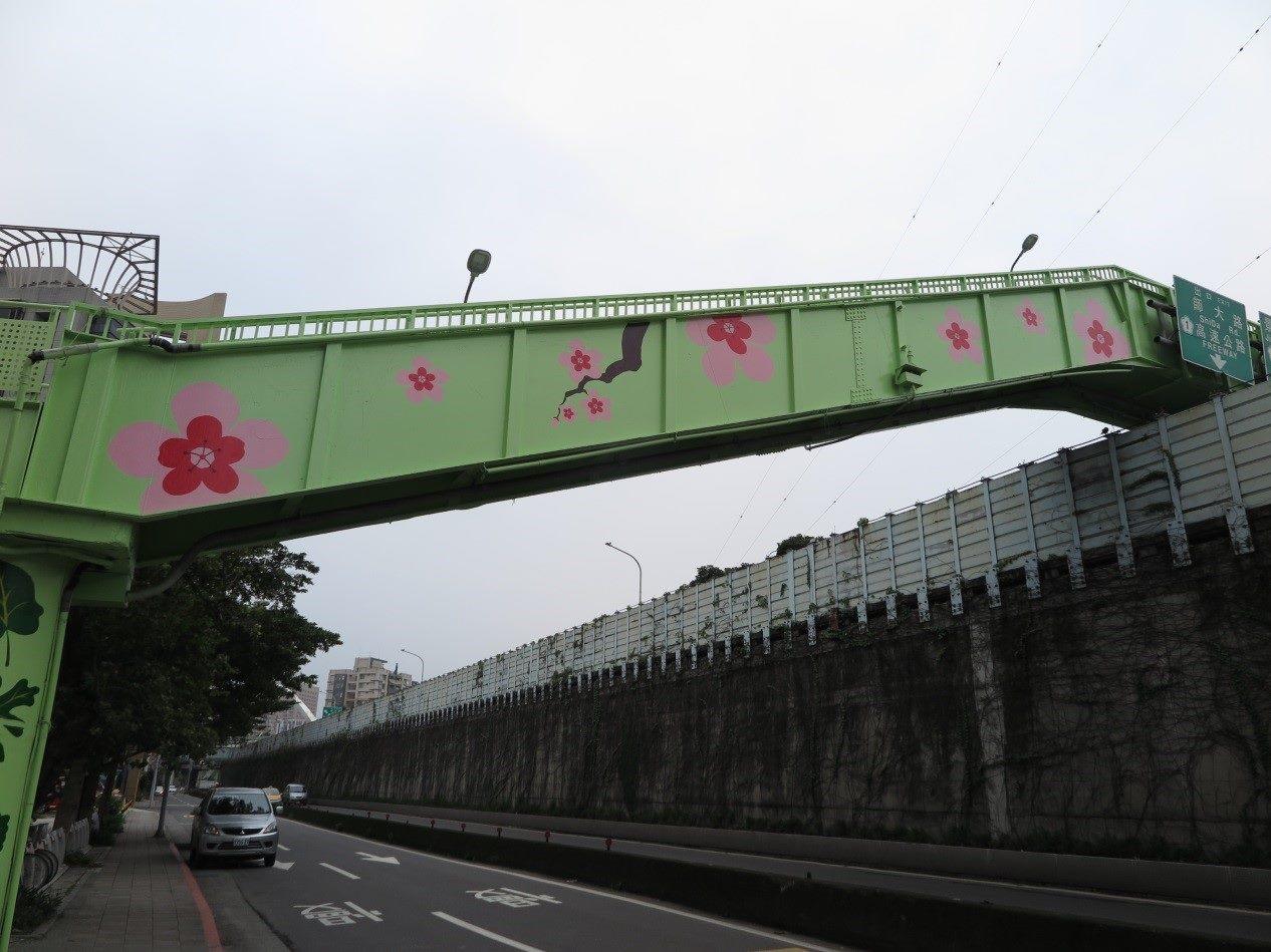 臺北市水源同安人行陸橋彩繪呼應紀州庵櫻花及綠蔭2