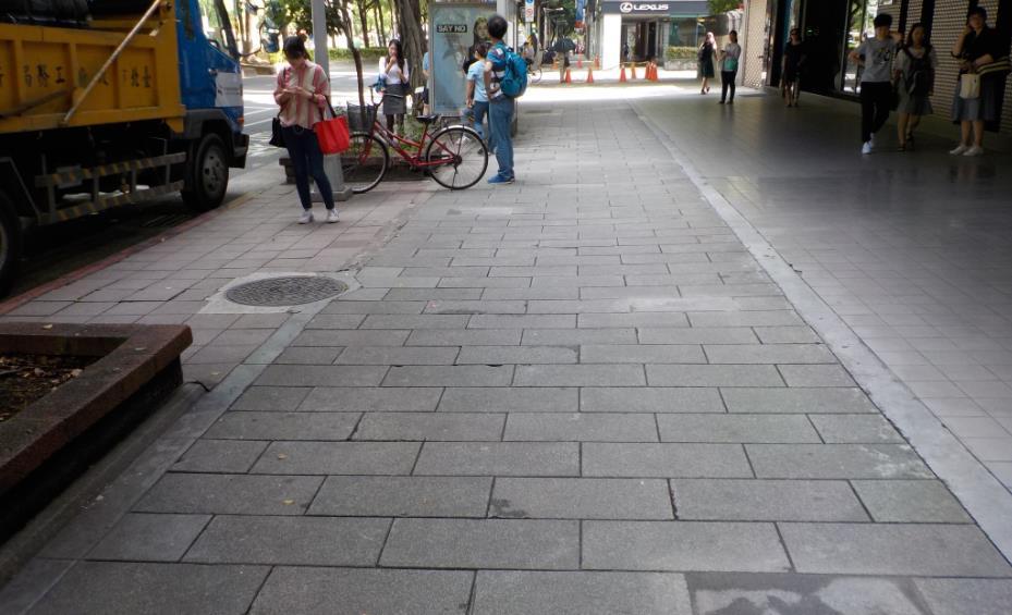 圖 3、松山區民敦化南路1段人行道(清洗後)。