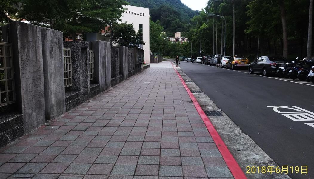 圖 4、信義區區松山商職人行道(清洗前)。