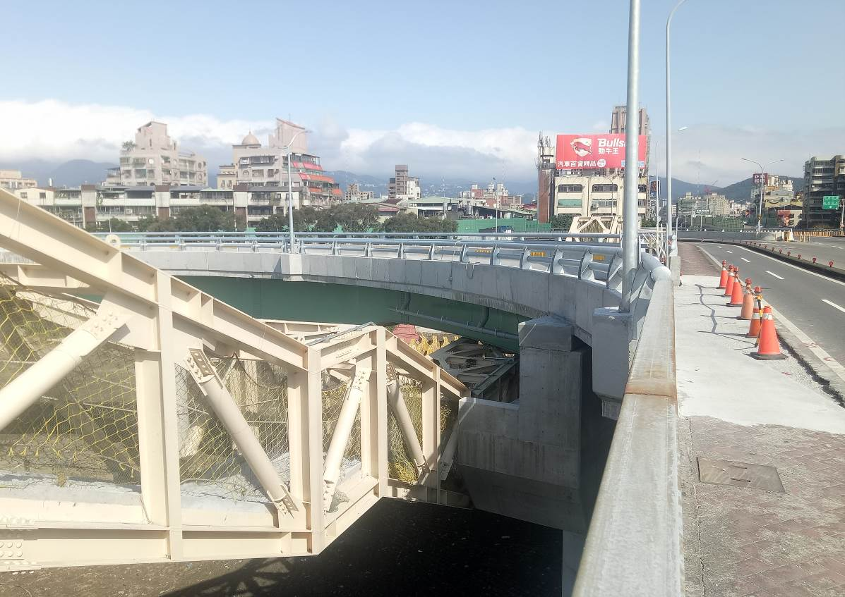 重陽橋北側新設機車引道完成照片二