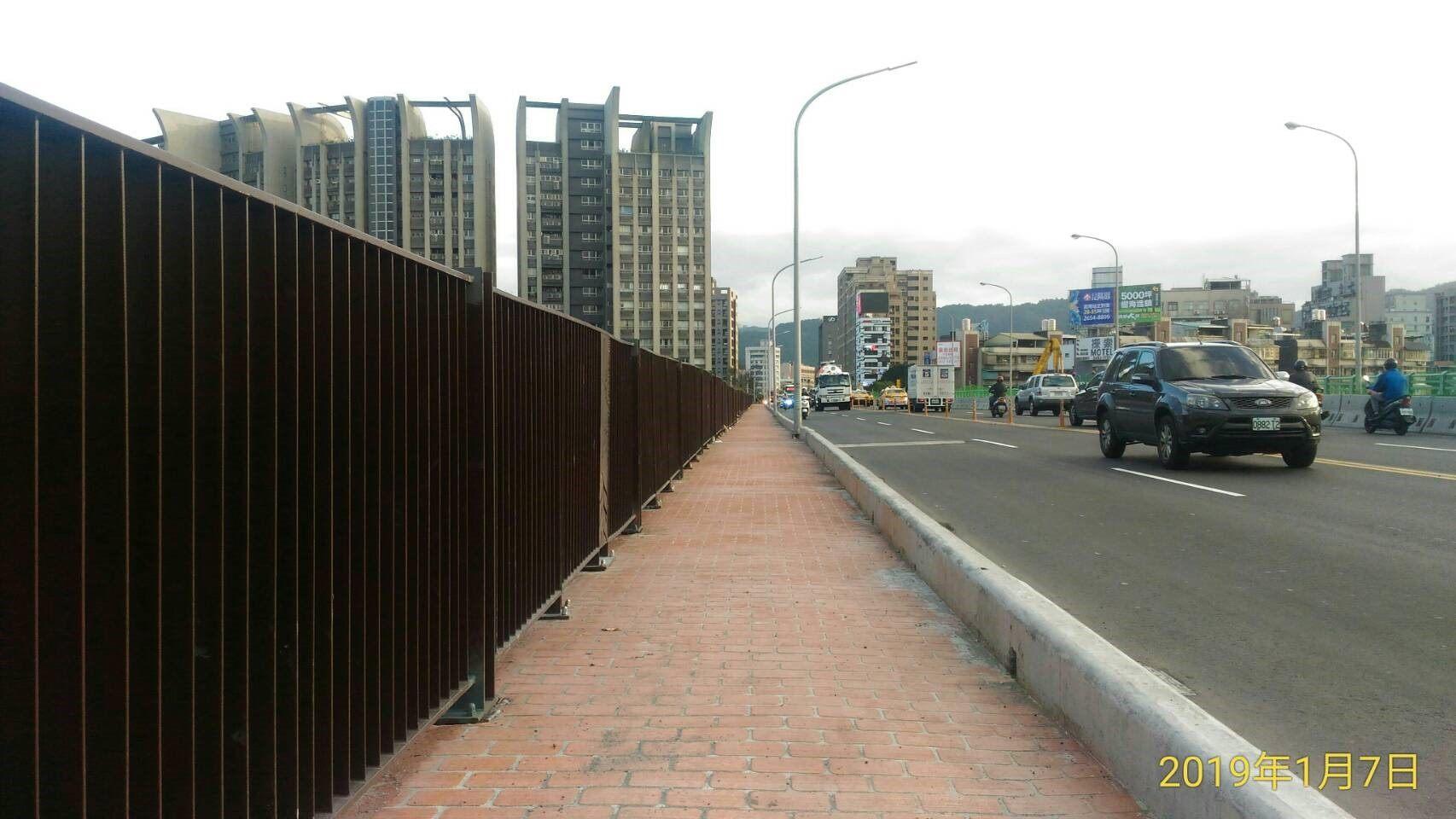 成功橋主橋段上游側人行道完成相片2