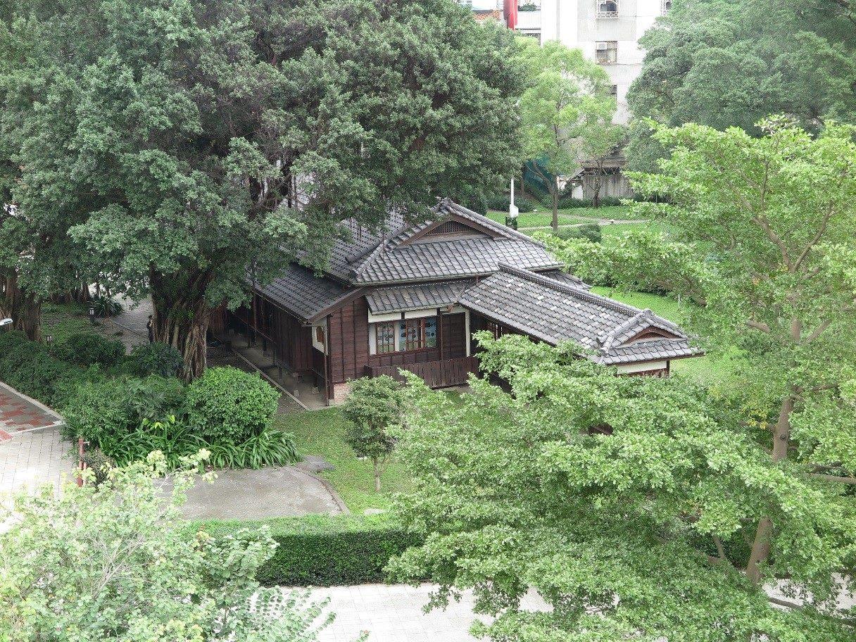臺北市水源同安人行陸橋俯視紀州庵木造歷史古蹟與蓊鬱樹林