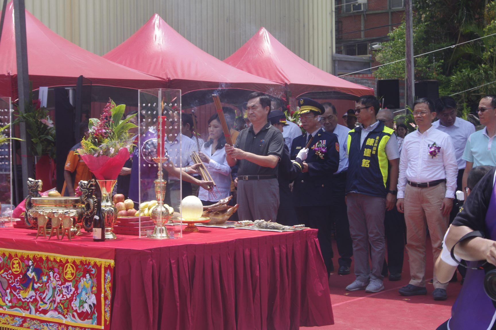 鄧副市長上香祝禱