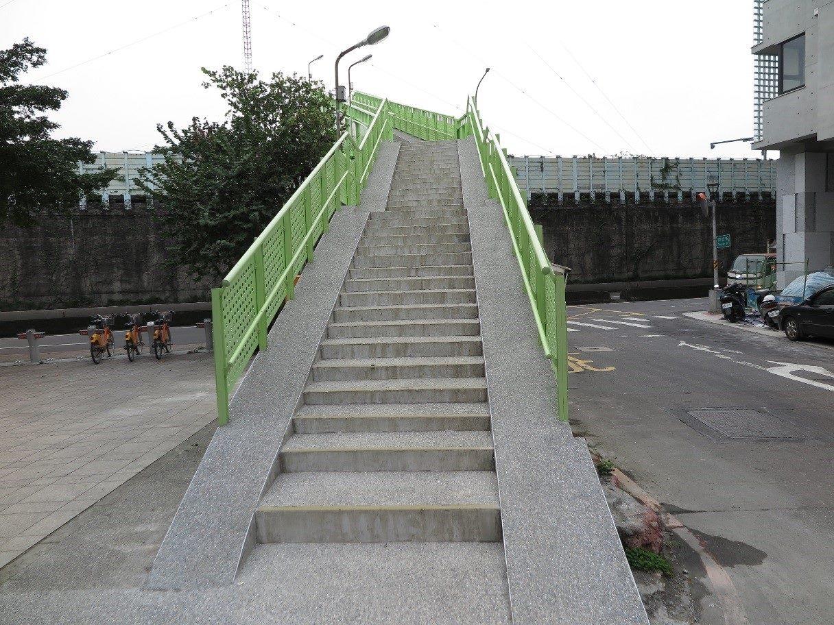 臺北市水源同安人行陸橋樓梯舖面更新後平緩又舒適