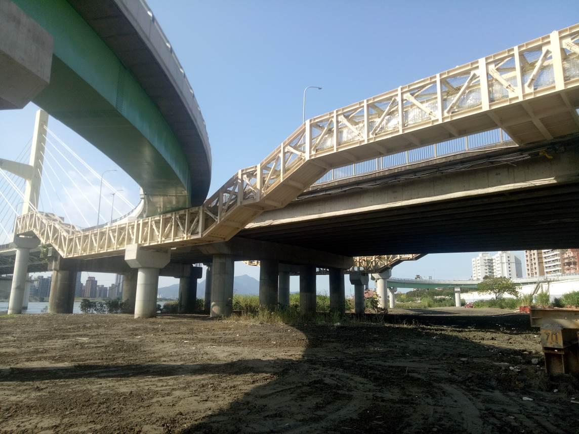 重陽橋南側新設人行鋼橋完成照片一
