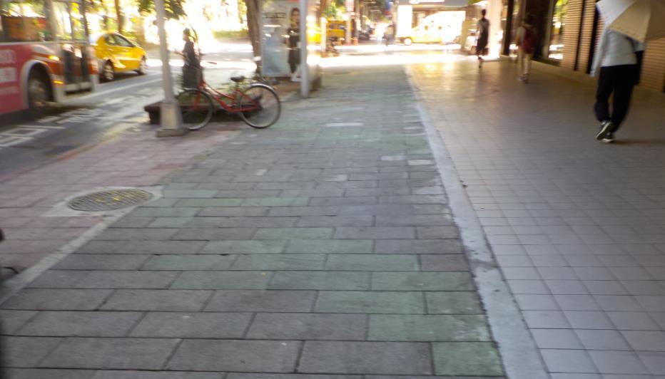 圖 1、松山區民敦化南路1段人行道(清洗前)。