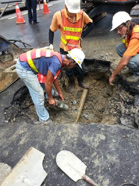 圖三 自來水處施工廠商人員小心開挖
