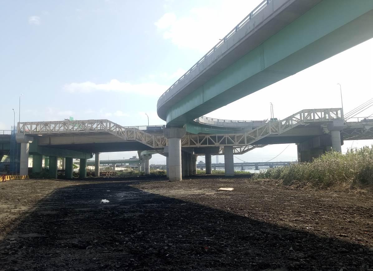 重陽橋北側新設人行鋼橋完成照片一