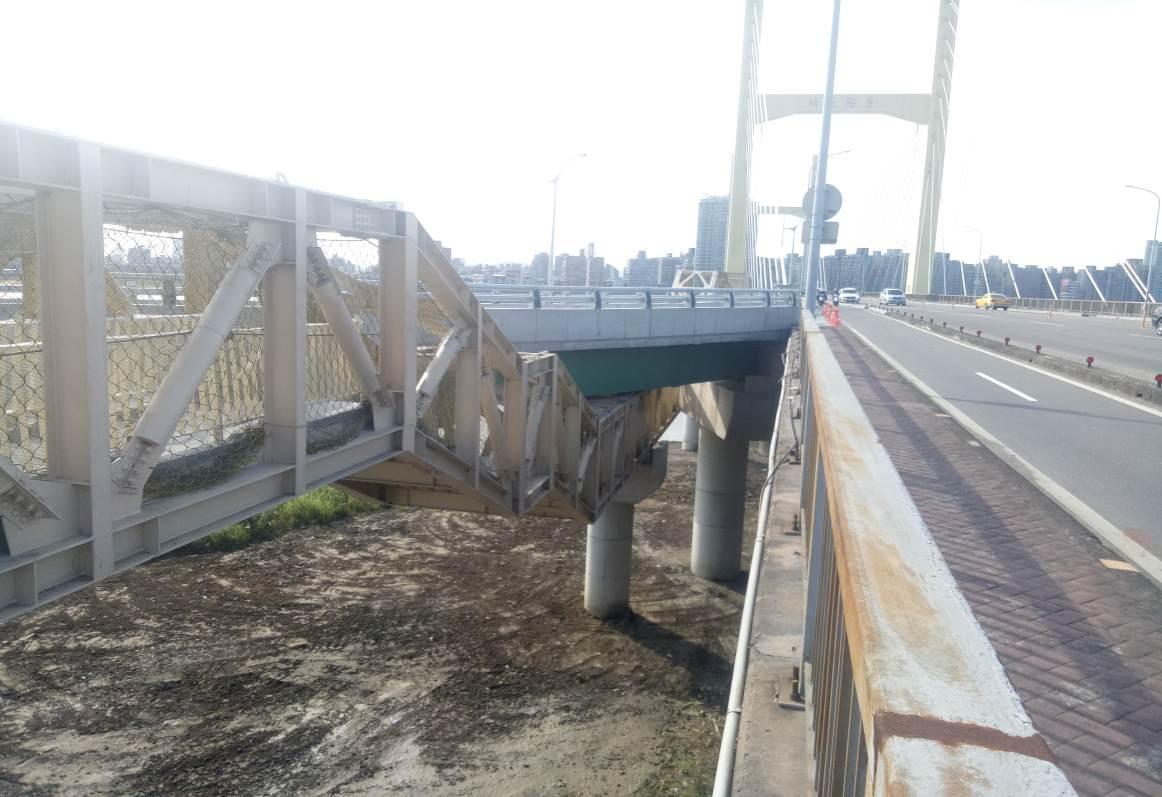 重陽橋南側新設人行鋼橋完成照片二