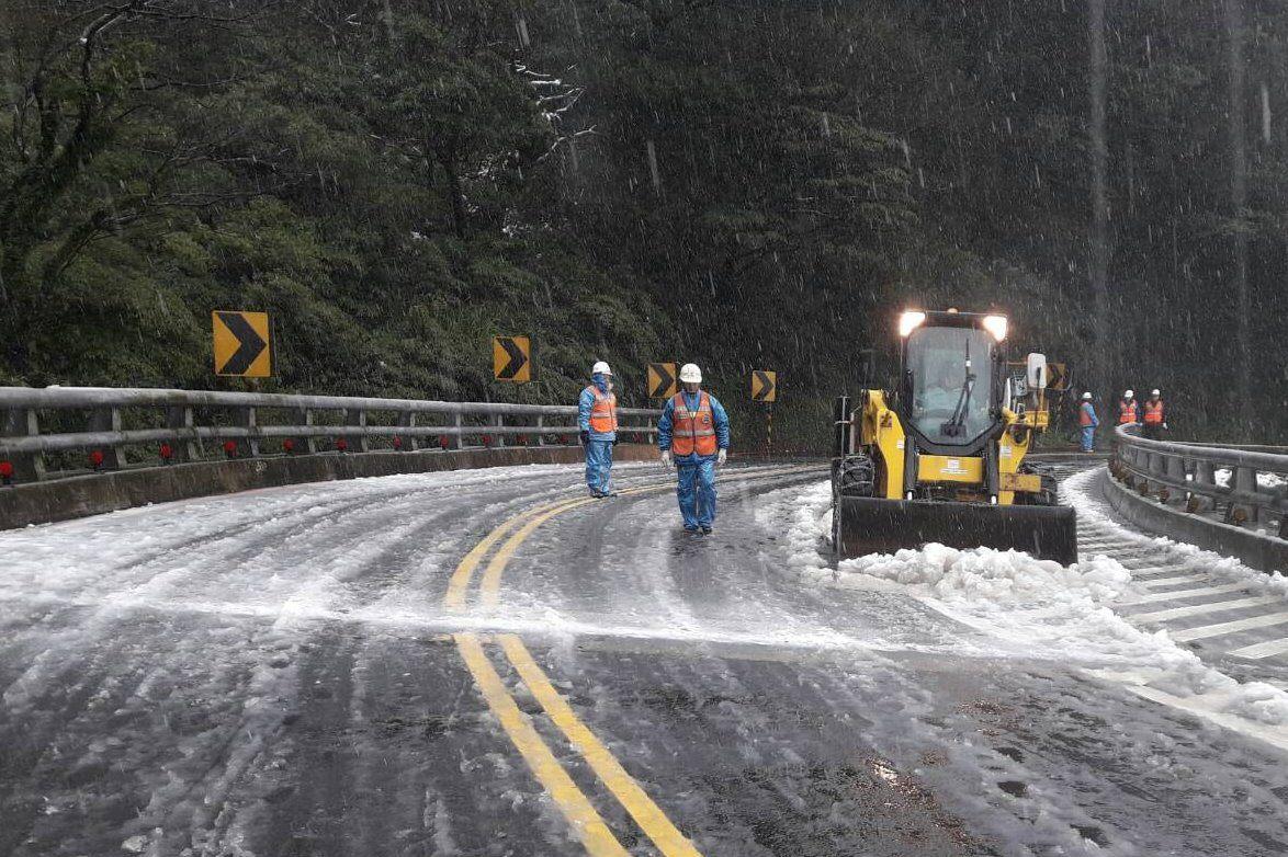 新工處於巴拉卡公路剷除路面積雪