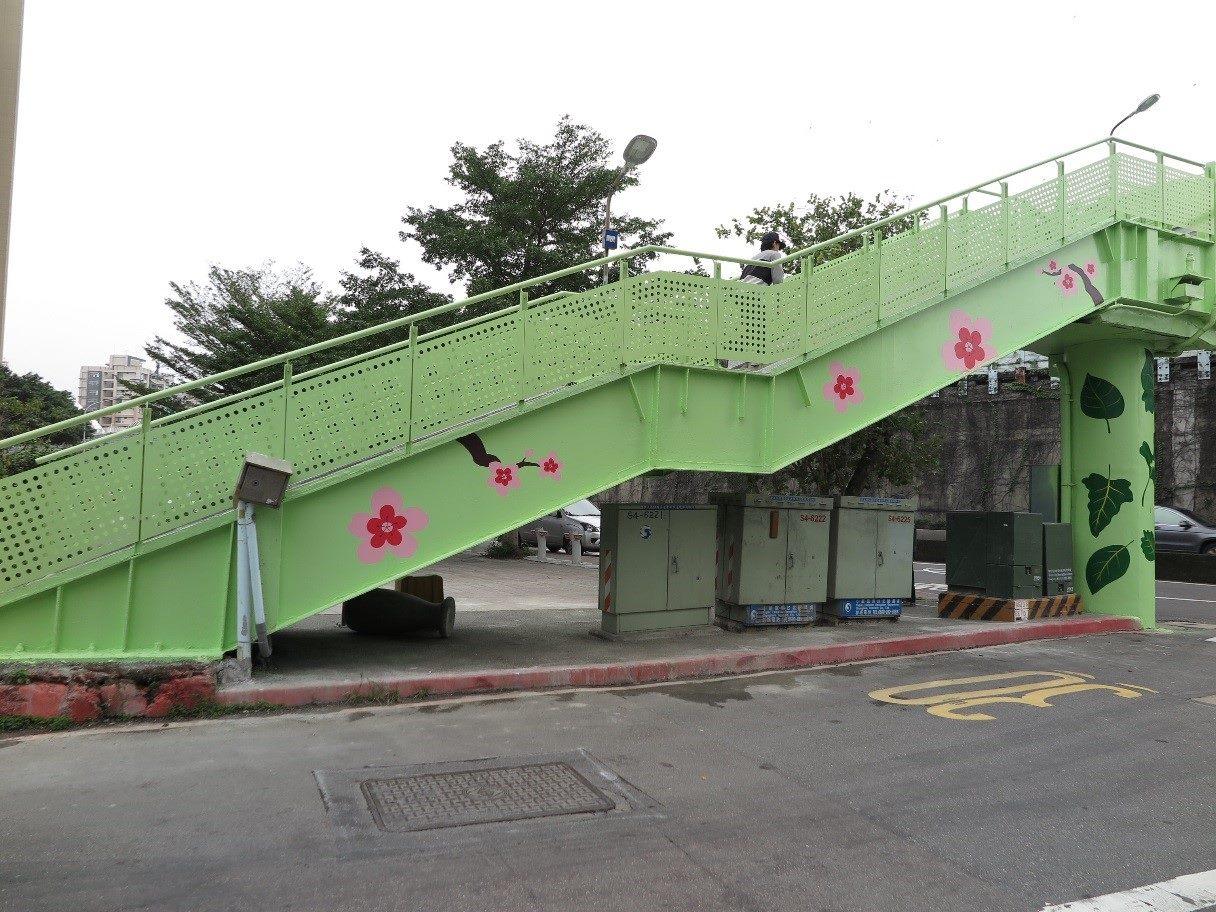 臺北市水源同安人行陸橋彩繪呼應紀州庵櫻花及綠蔭1