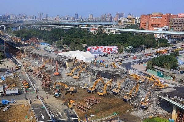 Demolition situation of the approach bridge to Zhongxiao Bridge