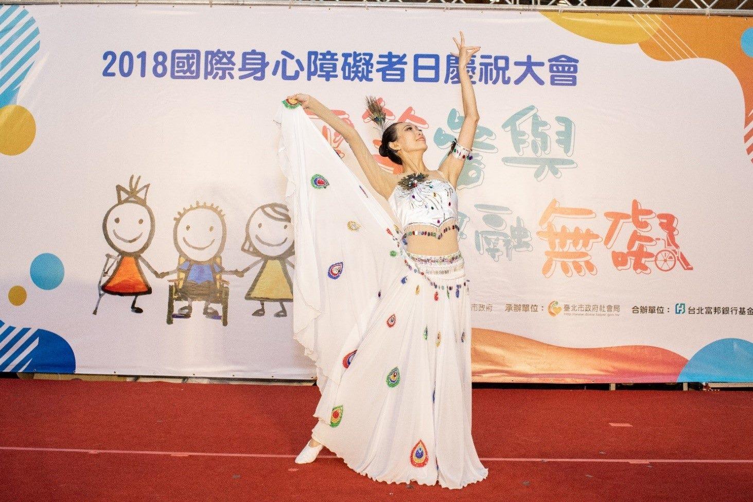 富邦愛無限樂團-林儀珊帶來華麗優雅的孔雀舞