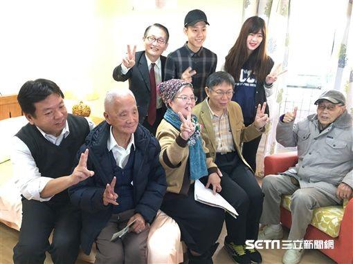 長者及文化大學學生陪柯市長與社會局許立民局長參觀公寓房間