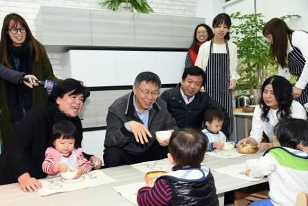 市長及托嬰中心幼兒進行幼兒餐點準備,並共進午餐