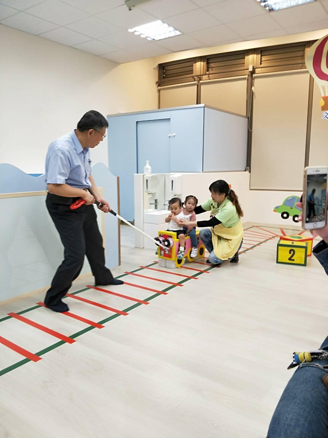 市長、社會局副局長和貴賓們至文昌家園參觀,並與家園孩子一起於家園內進行動態活動-「自製教具─紙箱拉拉車」