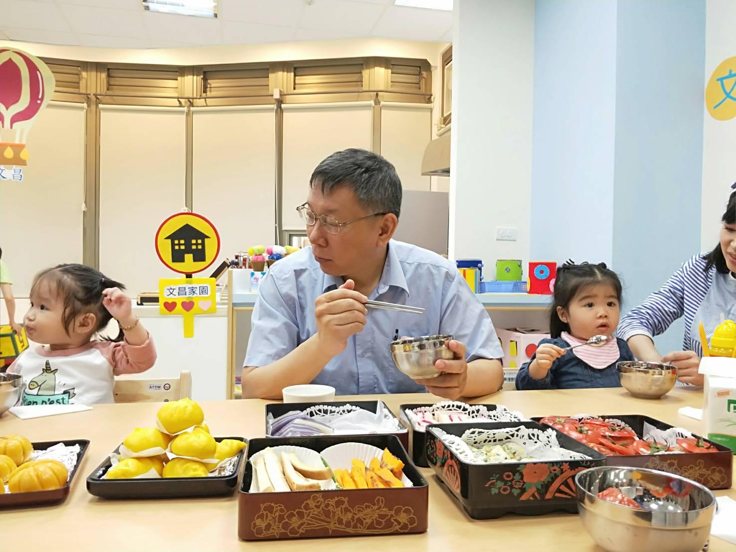 市長、貴賓及親子共同享用家園準備的現做餐點