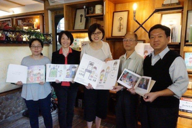 贈書予圖書館代表,分享心智障礙者生命教育繪本