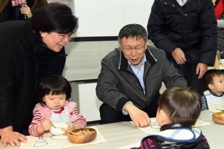 市長化身為柯爸爸,叮嚀孩子們要珍惜食物