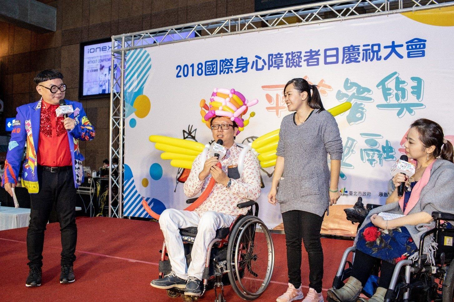 有球必應工作室劉炫成與台下觀眾進行造型氣球教學互動
