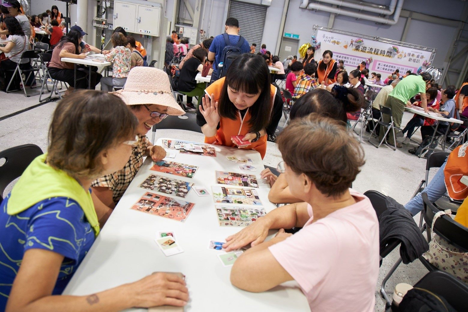 Students from the universities showed the elderly how to play table games