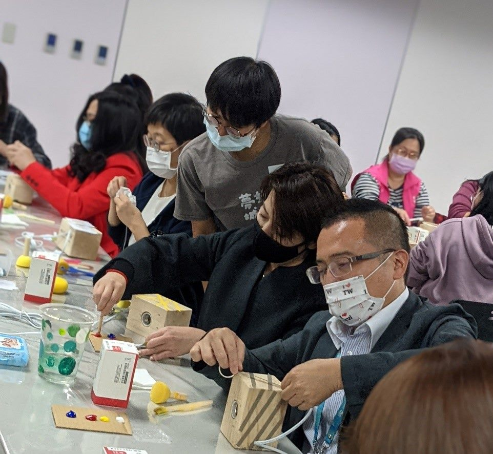 Deputy mayor Huang Shanshan and Commissioner Zhou of Department of Social Welfare joined the activity to handcraft a nightlight