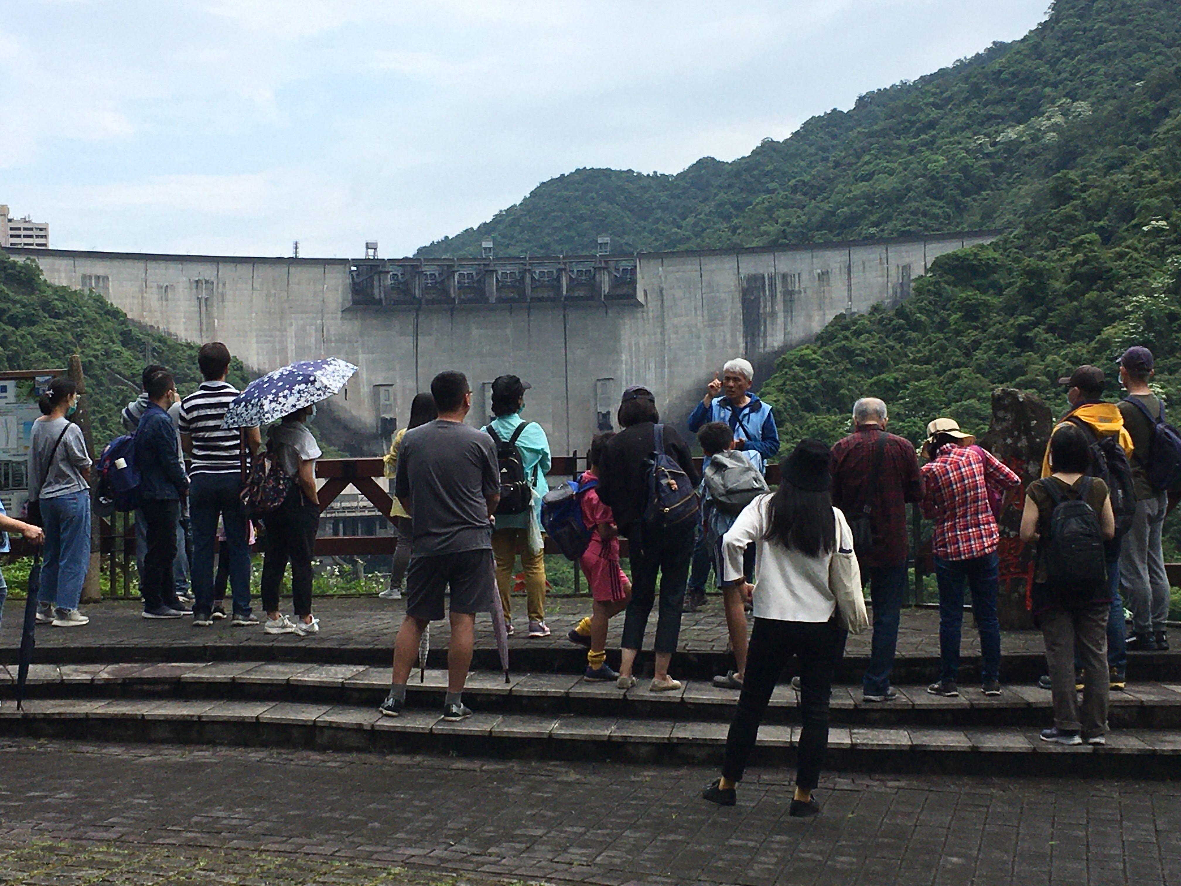 圖片說明:導覽人員為民眾介紹翡翠大壩