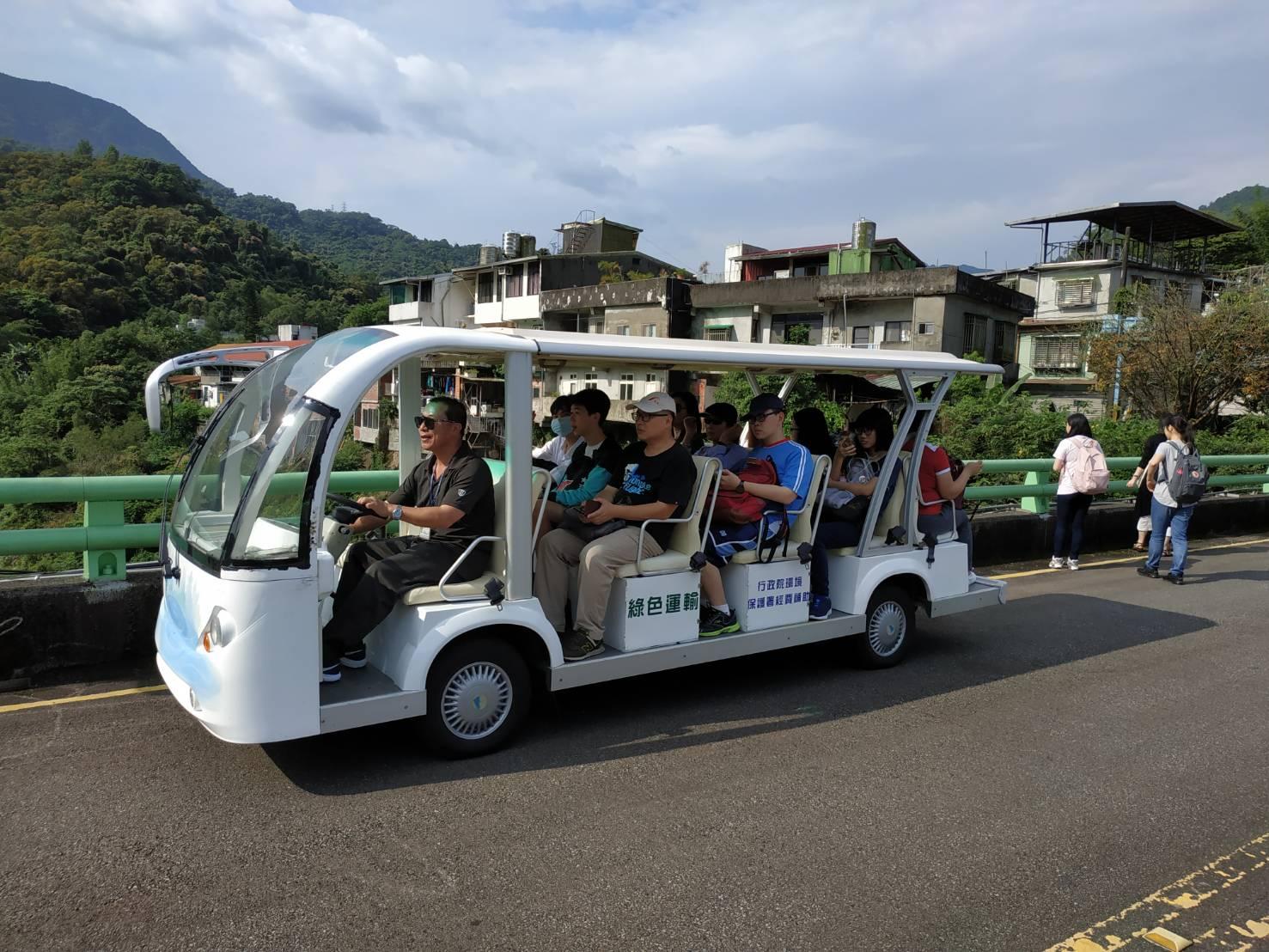 圖片說明:電動車於水庫大門接駁民眾前往水資館