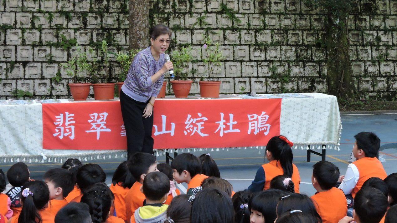 圖說:余主任秘書星華為龜山國小同學講述烏來杜鵑復育的故事。