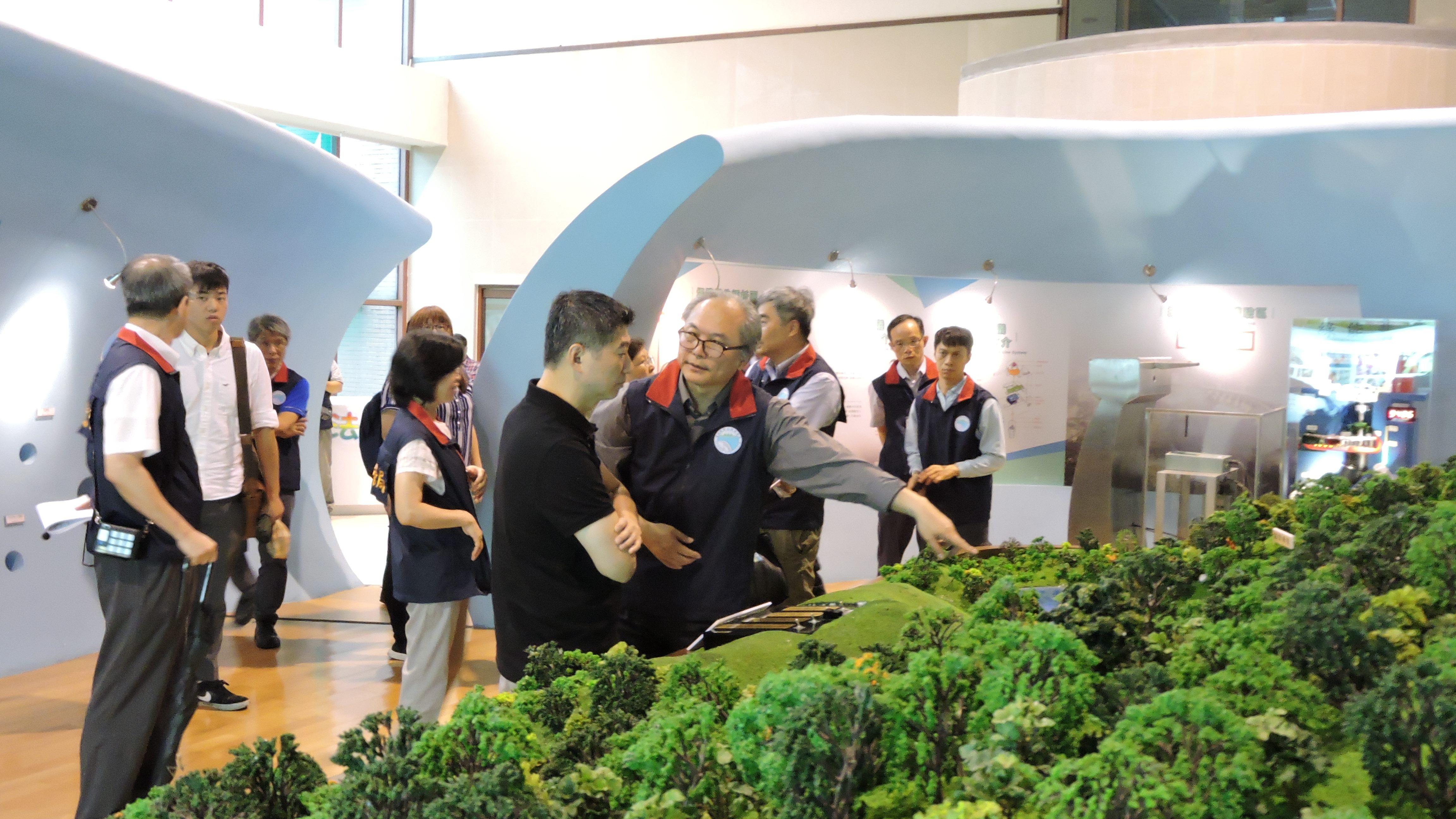 照片2: 翡管局謝政道局長為議員介紹翡翠水庫模型展示區