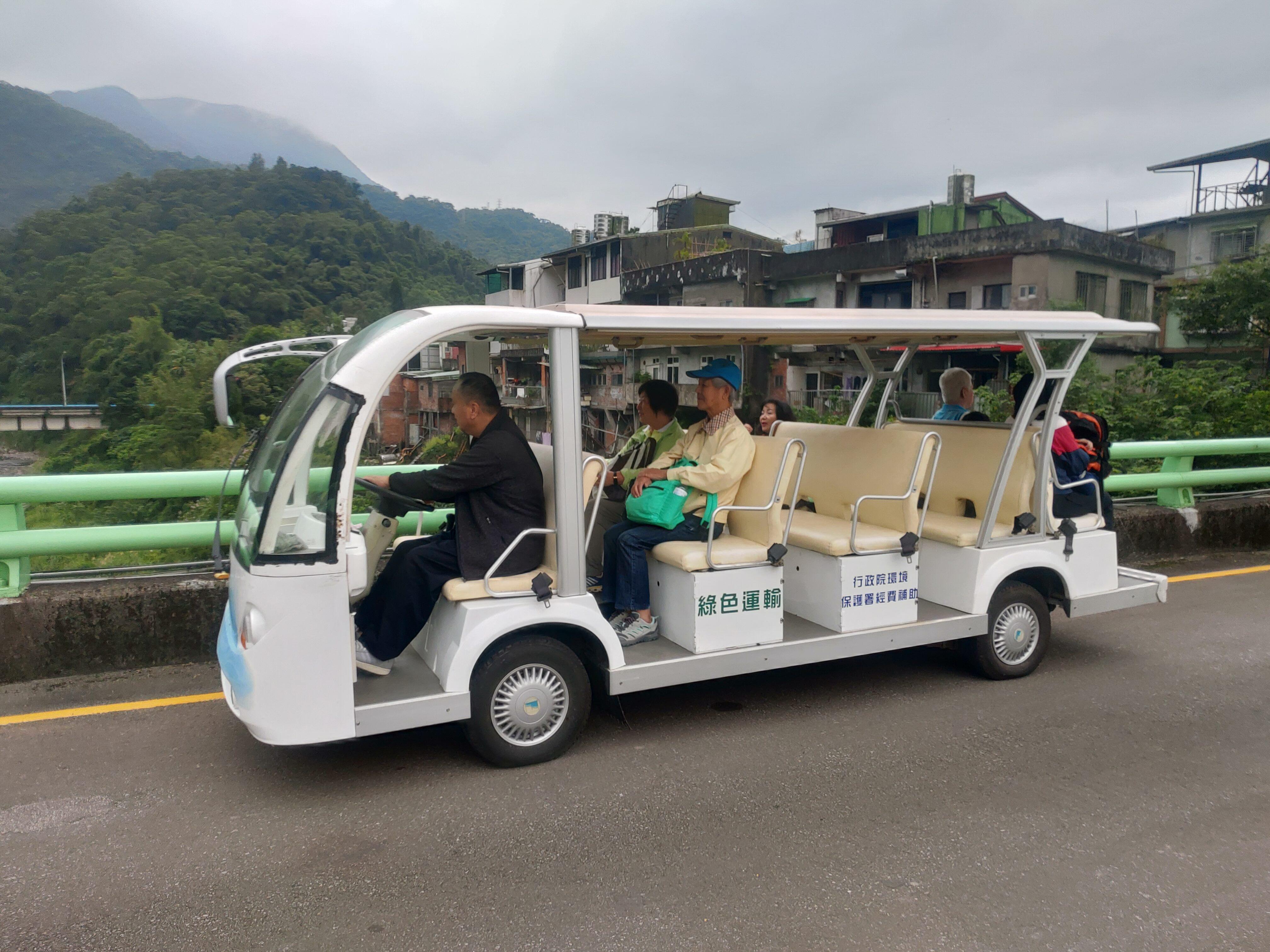 圖片說明:本局安排電動車接駁民眾前往環教學習中心
