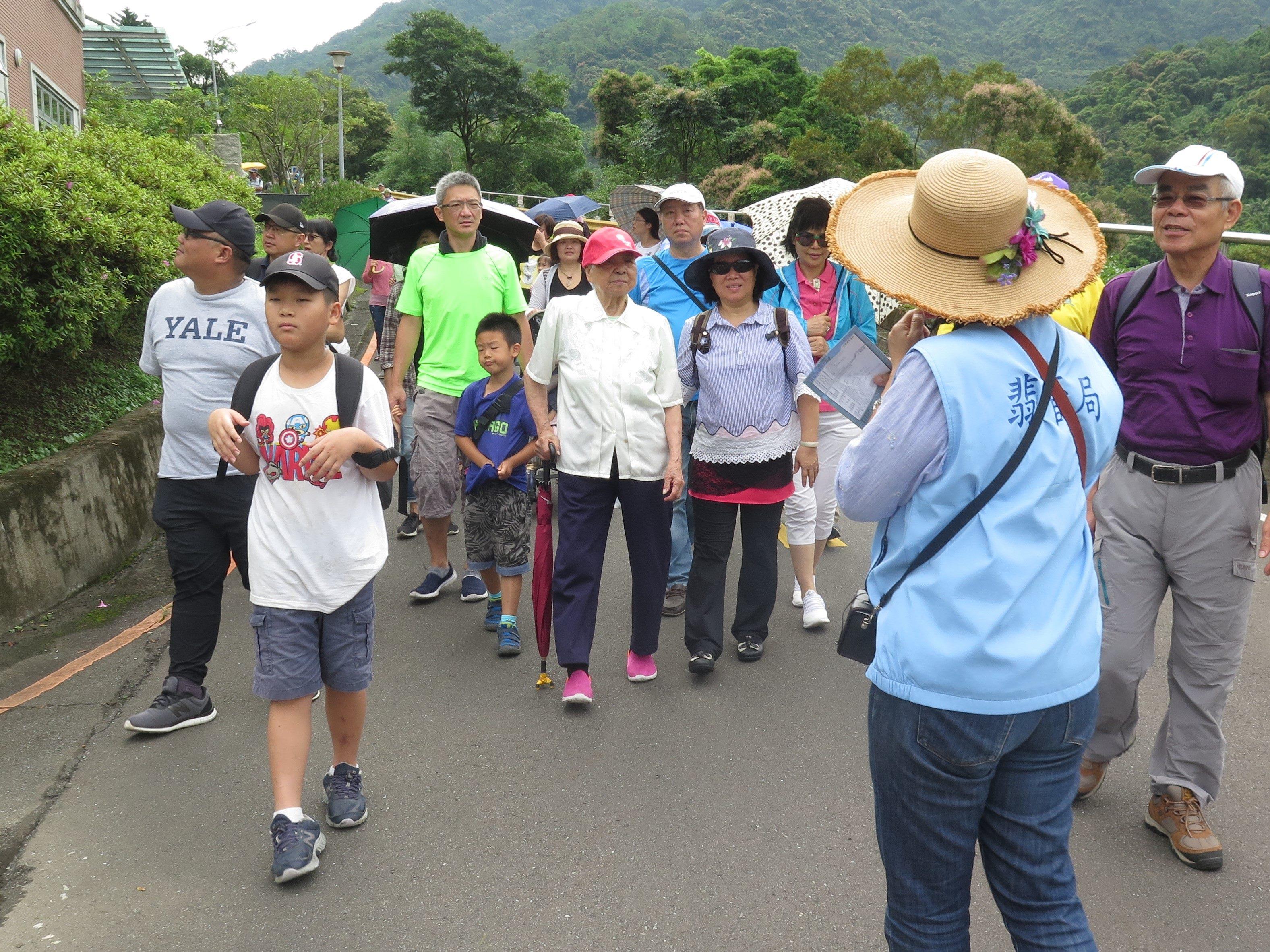 圖片說明:志工老師為民眾介紹庫區沿途風光