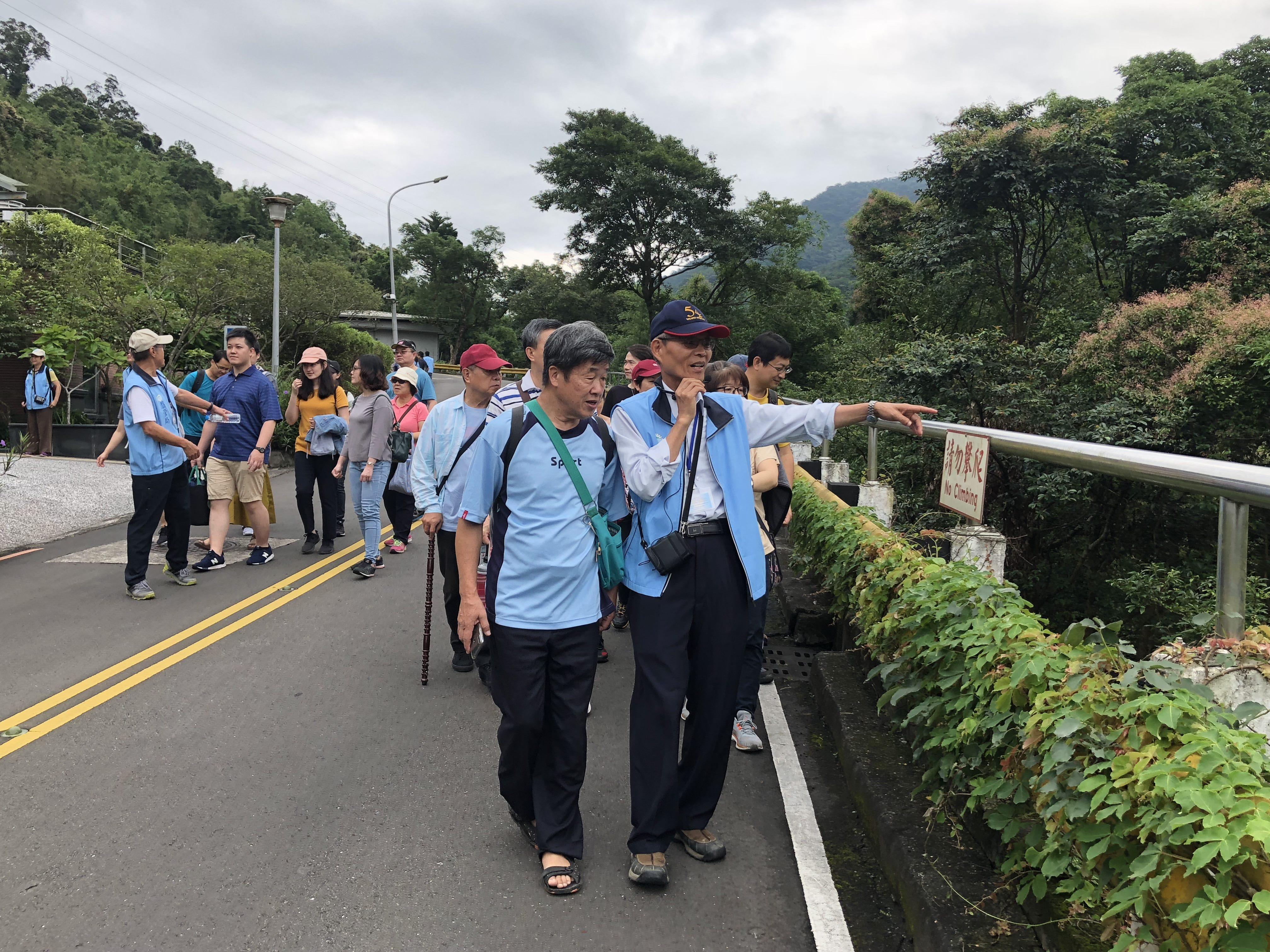 圖片說明:108年6月1日(週六)志工老師沿途為民眾介紹水庫風光