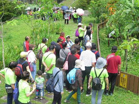 照片2:107年4月14日(週六)志工老師帶領民眾參觀食蛇龜復育園區。