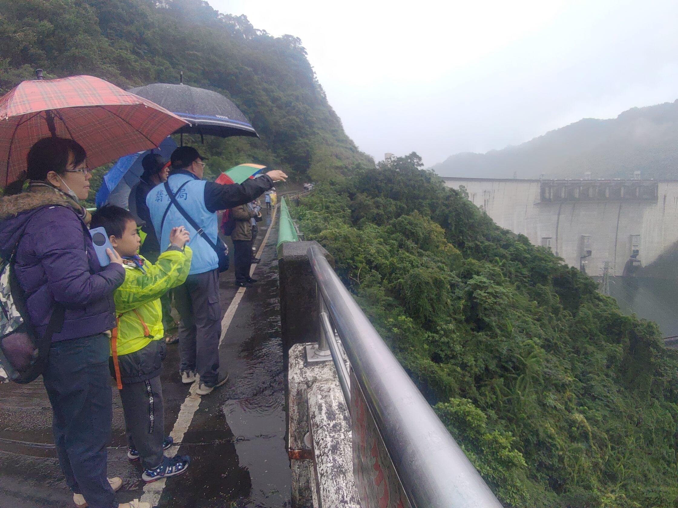 圖片說明:志工老師沿途為民眾解說水庫景色