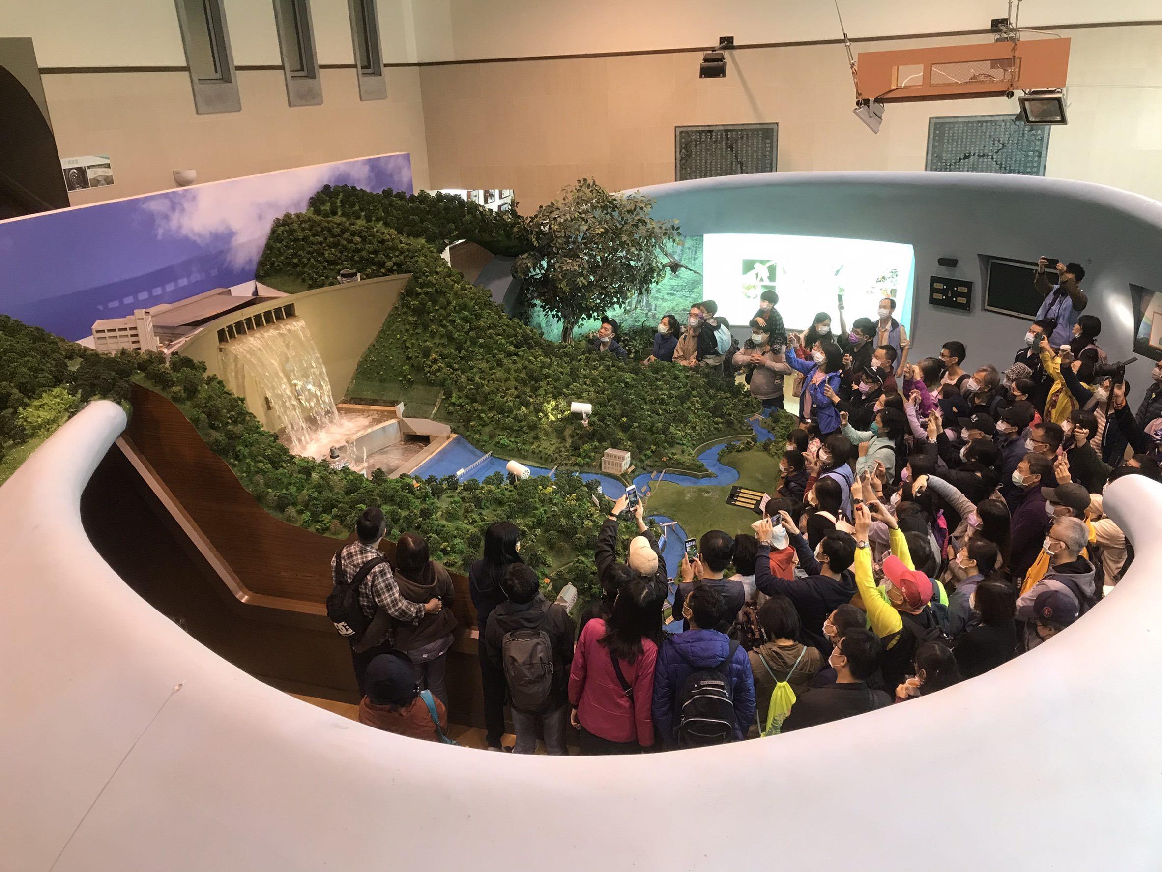 圖片說明:民眾體驗全國第一個可以放水的大壩模型