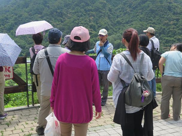 照片2:107年5月12日(週六)志工老師於大壩平台解說水庫   放水原理。